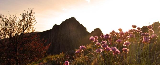 La rupe del Penna al tramonto, inquadrata dal terrazzo panoramico delle Trevine