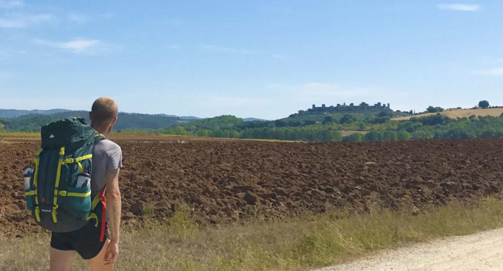 Pianura sovrastata da castello di Monteriggioni
