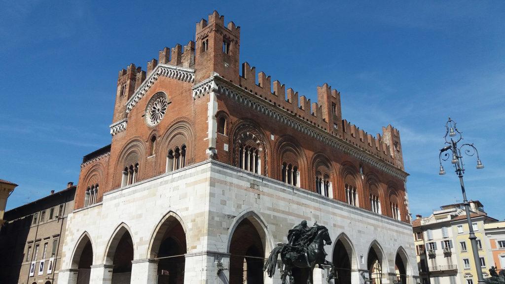Piacenza, palazzo Gotico o comunale in Piazza Cavalli, con la statua equestre di Alessandro Farnese scolpita dal Mochi